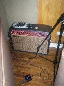 endüstri standardı bir mikrofon olan Shure SM-57 ile kaydedilmiş ama öncesinde ART Xdirect ile gitar sinyali çoklanmış